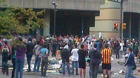 Antichavistas se encierran en su propia barricada
