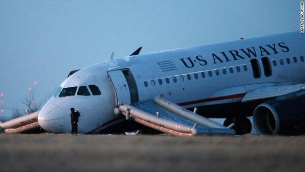 Avión de US Airways explota neumático durante despegue