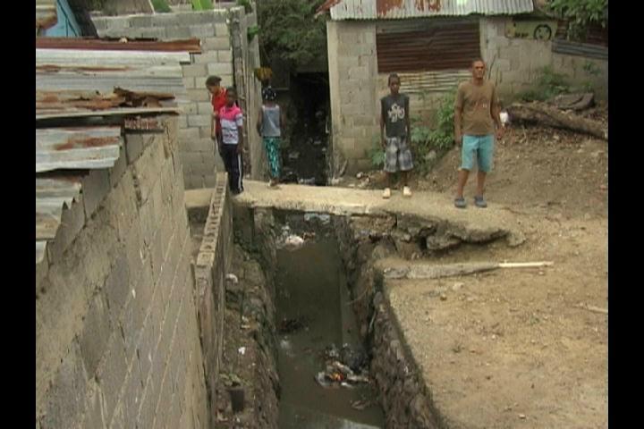 Mal olor de una cañada mantiene en zozobra a residentes en Pantoja
