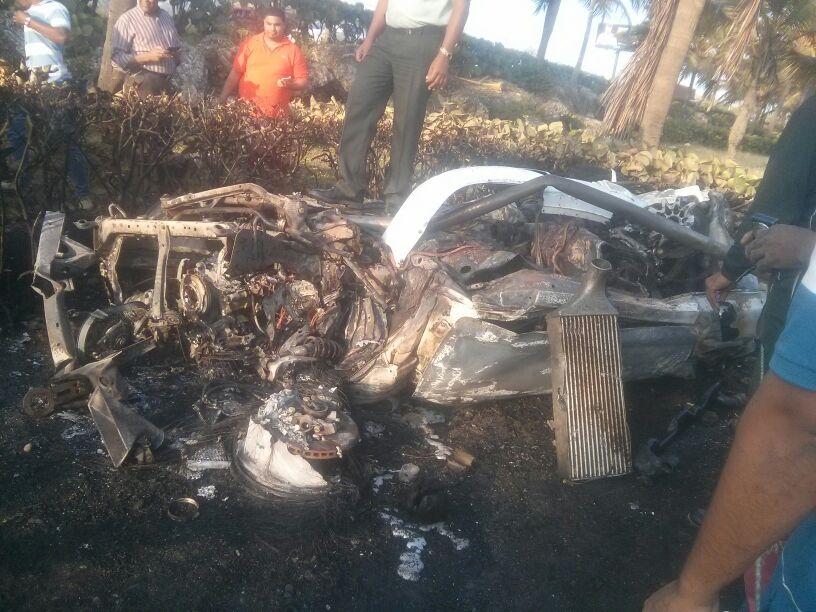 Auto se estrella contra árbol; conductor escapa antes de que el vehículo explotara