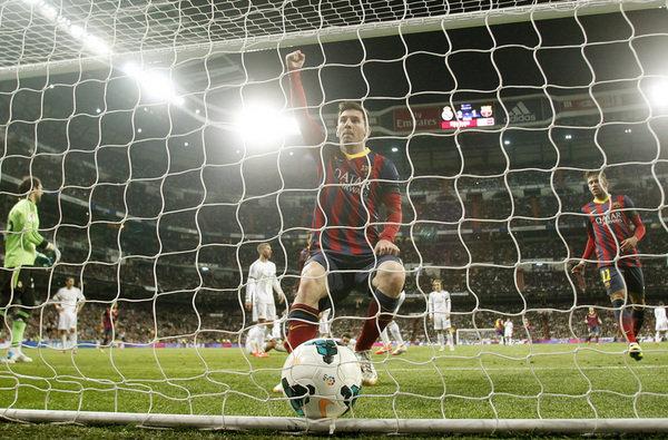 El Barcelona gana el clásico, se reengancha y el Atlético líder
