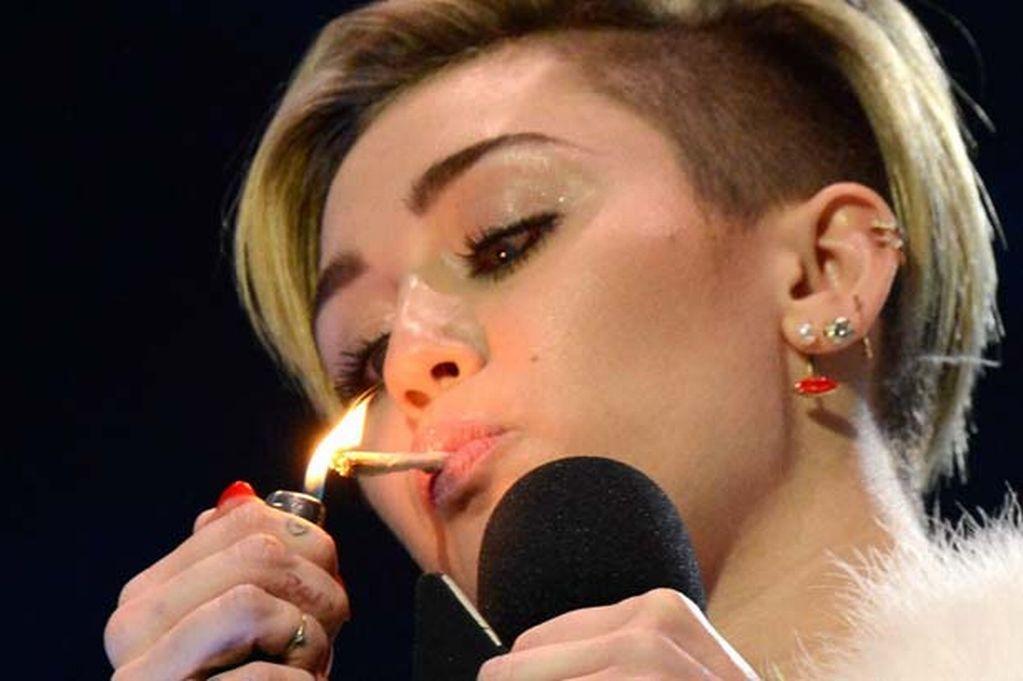 Miley Cyrus provoca escándalo en Miami al fumar marihuana durante concierto