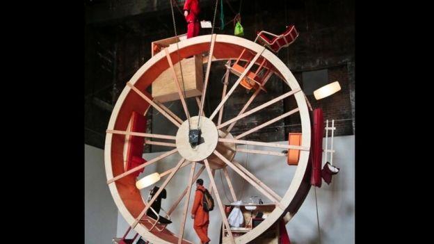 Dos artistas viven diez días en gigantesca rueda de hámster en NY