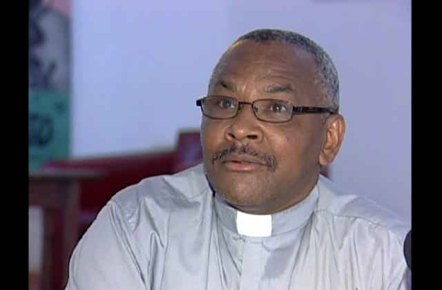 En defensa de sacerdote acusado de asedio a mujeres