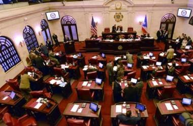 Senado de Puerto Rico aprueba transformar monopolio energético