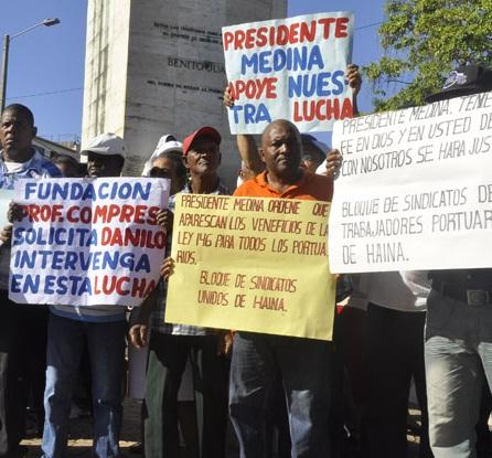 Trabajadores portuarios protestan frente al Palacio Nacional