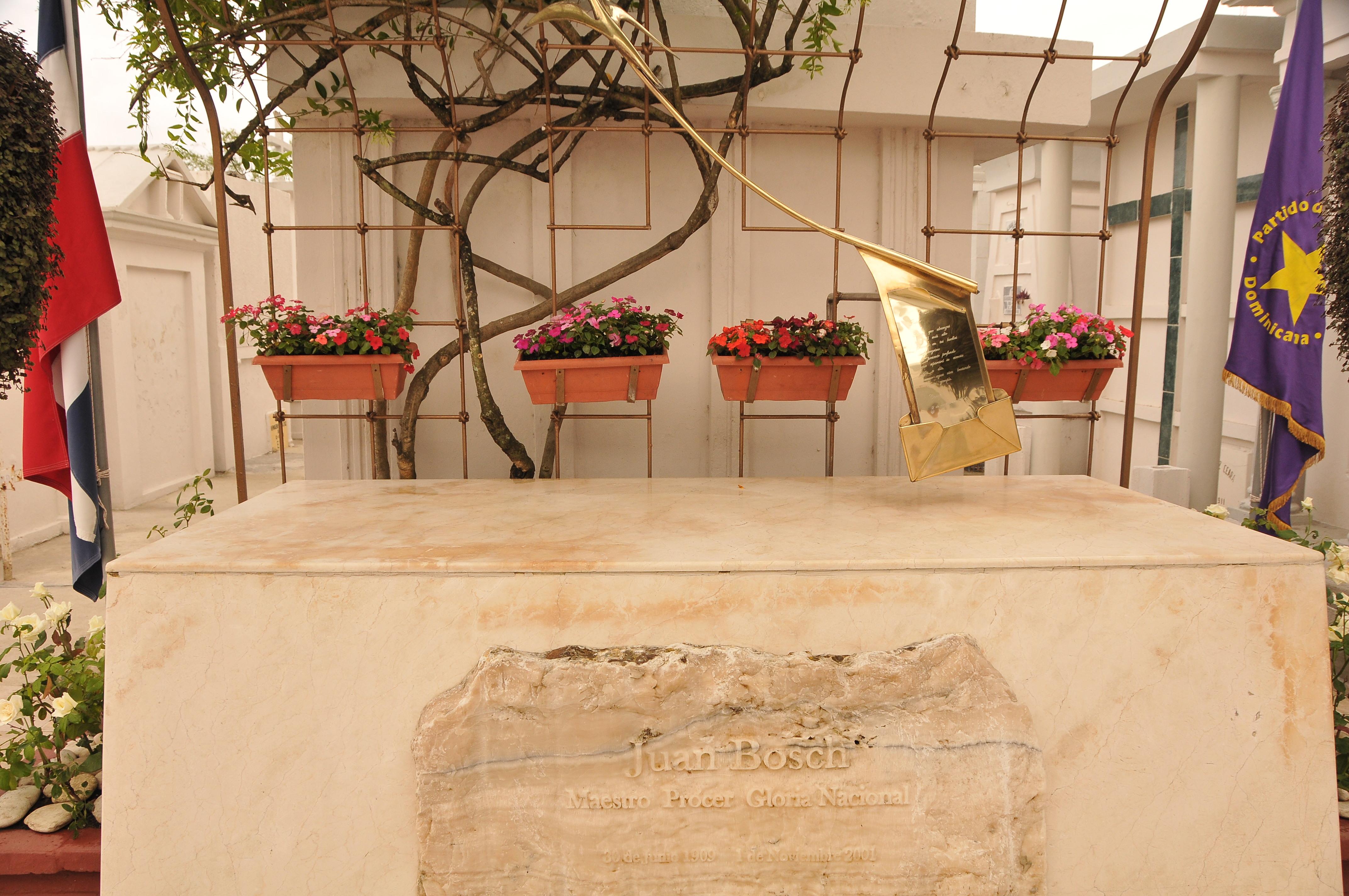 Peledeístas indignados por profanación a tumba de Juan Bosch