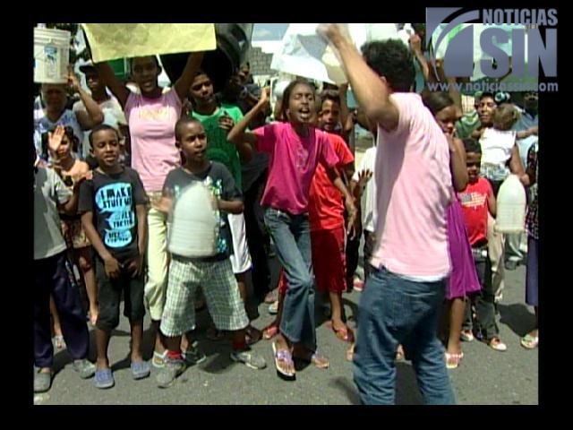 Residentes del sector Sávica en Los Alcarrizos protestan por agua potable