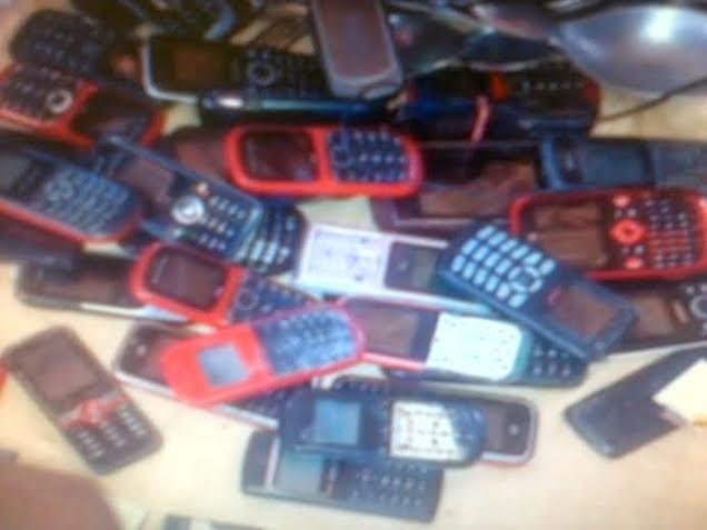 Autoridades allanan 39 tiendas de venta de celulares en Plaza Central