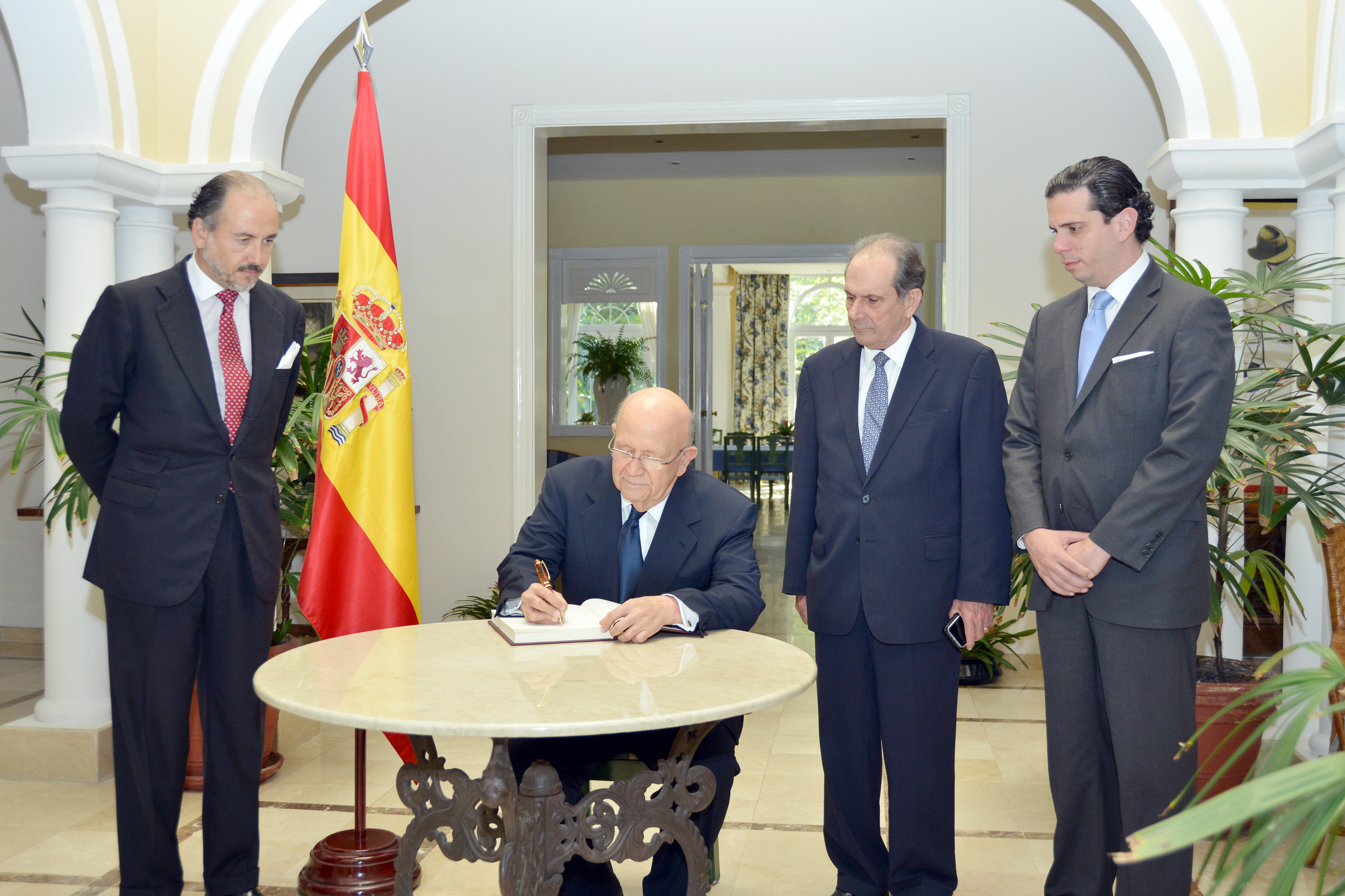 Canciller firma libro de condolencias por muerte de ex Presidente español