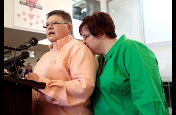 Se casa la primera pareja del mismo sexo en Michigan, EE.UU.