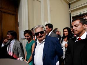 Isabel Allende condecora a Mujica por defensa de derechos humanos