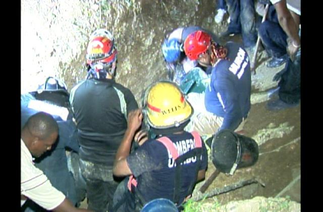 Muere obrero al quedar atrapado tras derrumbarse pared