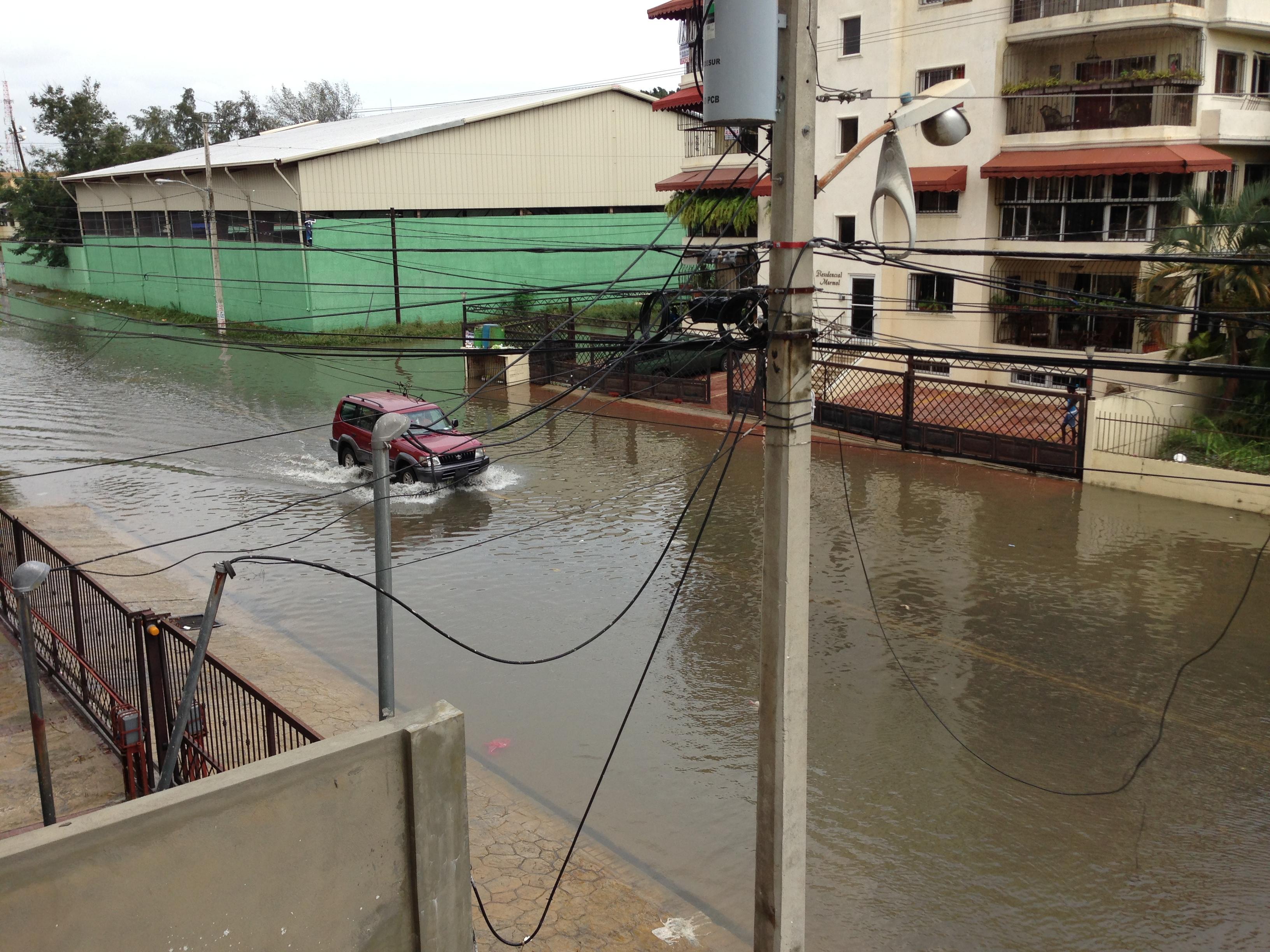 Residentes en Los Prados se quejan por agua estancada cuando llueve