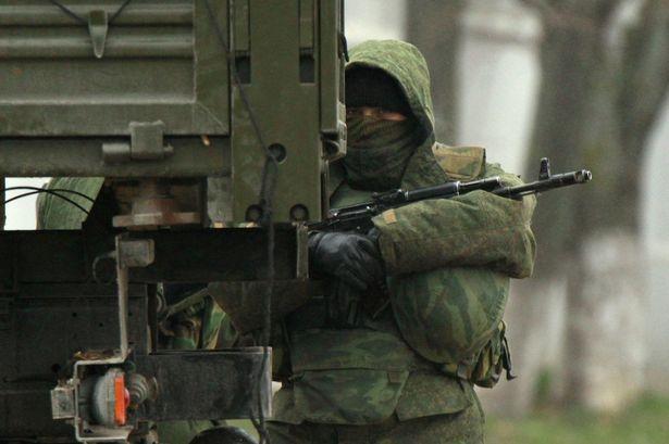 Tropas rusas asaltan otra base ucraniana en el oeste de Crimea, según Ucrania