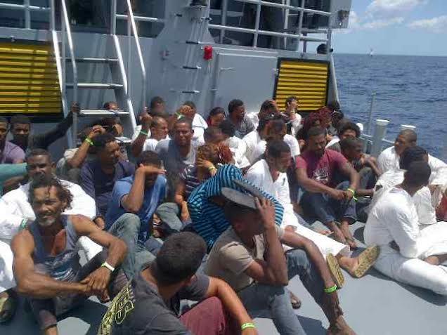 Armada detiene a 43 personas en alta mar