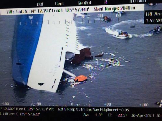 Se hunde barco surcoreano mientras continúa rescate; hallan un cadáver