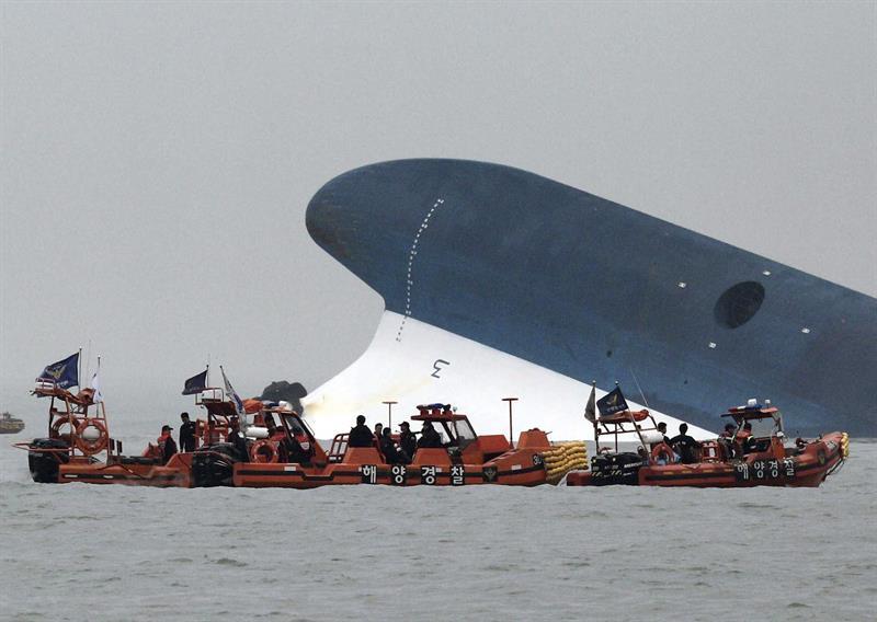Sigue búsqueda desesperada de casi 300 surcoreanos tras naufragio