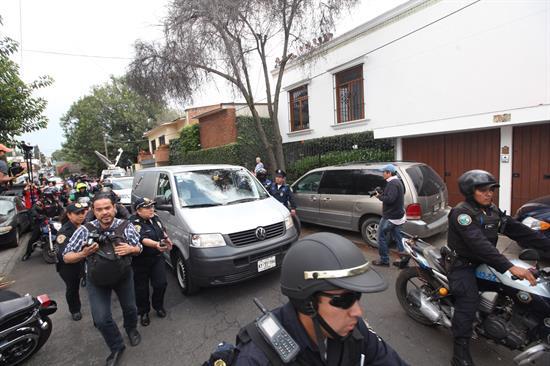 Sale coche fúnebre de la residencia de Gabriel García Márquez
