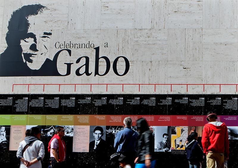Personalidades y admiradores llegan a casa de Gabo para despedirlo con dolor