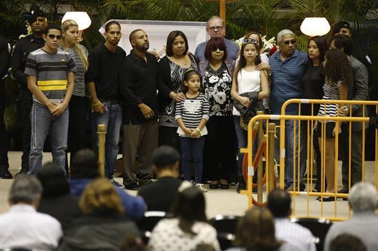 Miles de puertorriqueños asisten a primer día de velorio de Cheo Feliciano