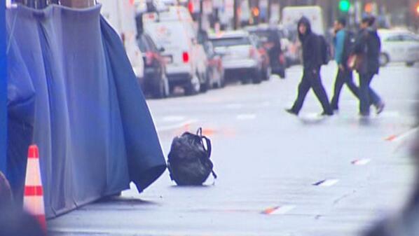 Detienen a hombre por abandonar dos mochilas en meta de maratón de Boston