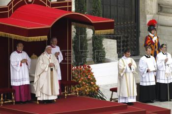 El papa: Juan Pablo II y Juan XXIII restauraron Iglesia a sus orígenes