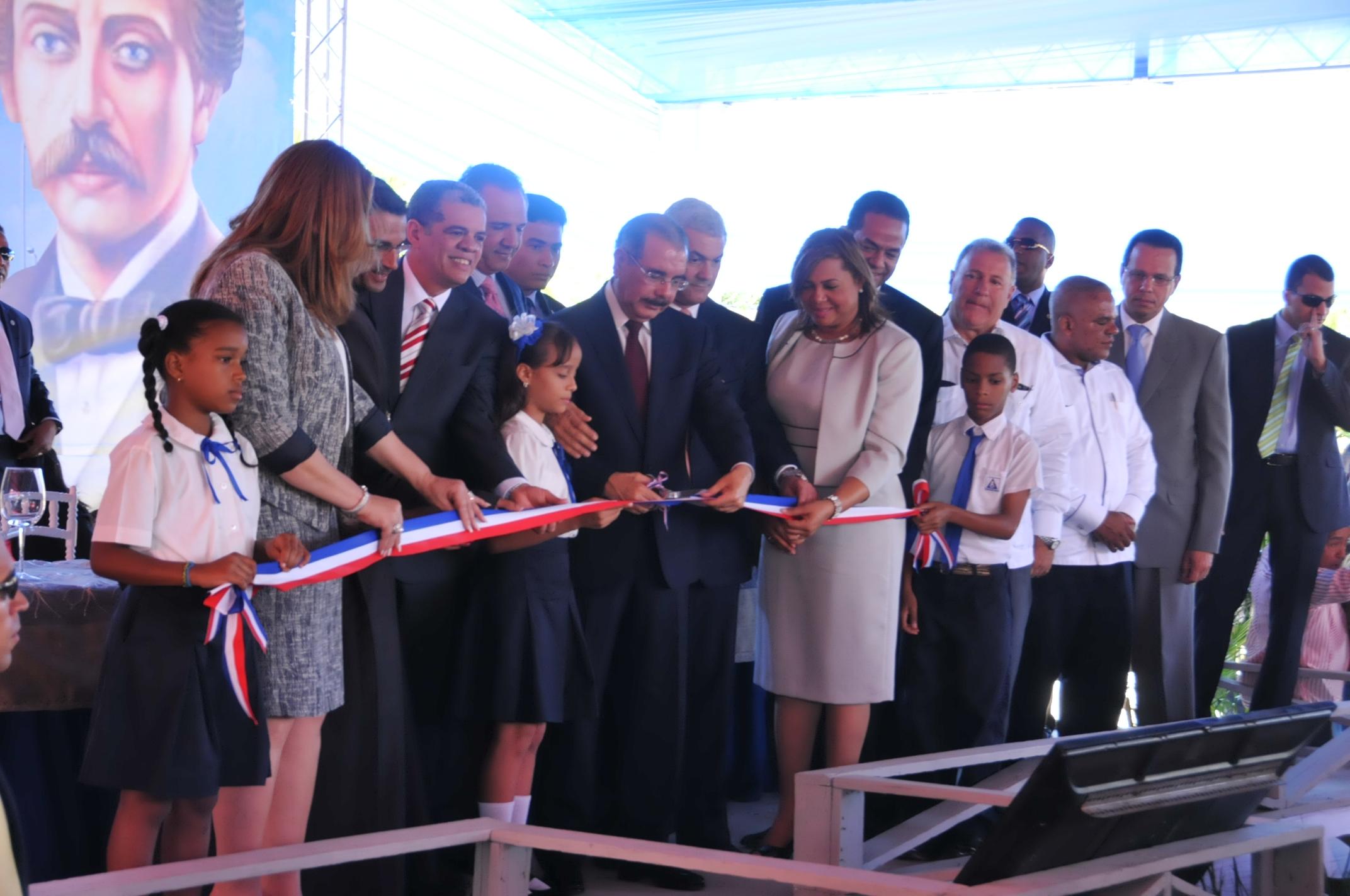 Medina inaugura en Santiago otras 11 escuelas con 156 aulas