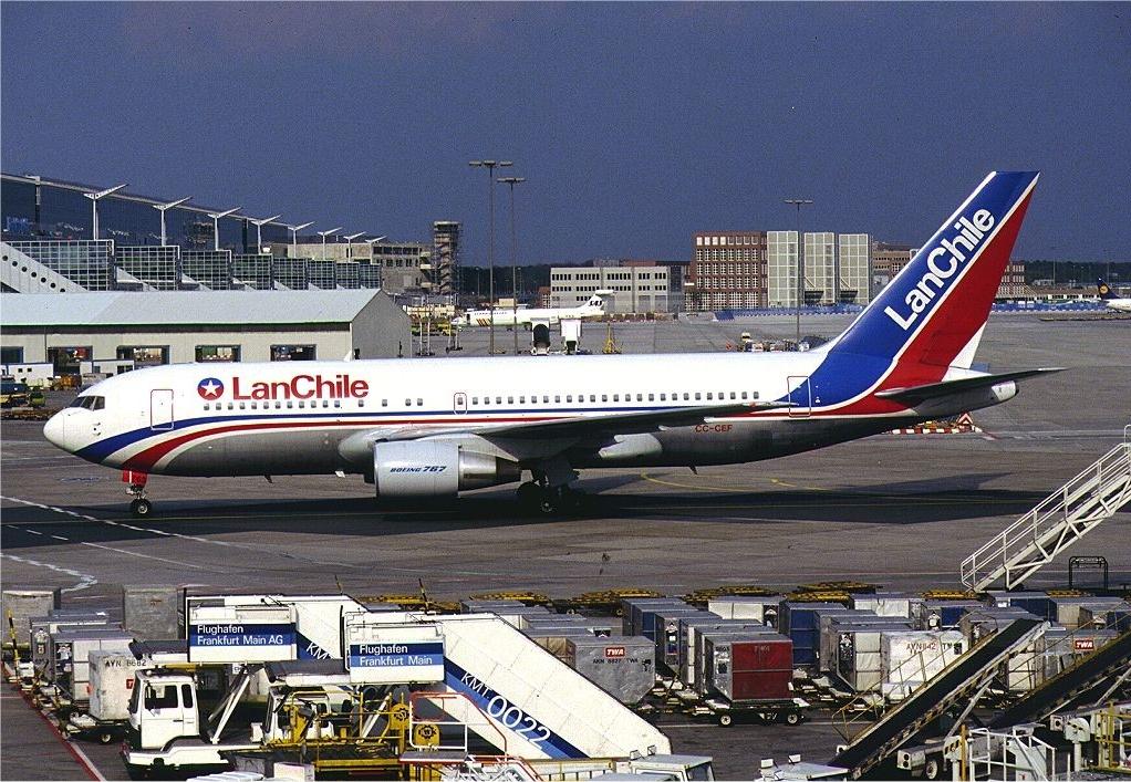 LAN reprograma o cancela más de cien vuelos por huelga de tripulantes