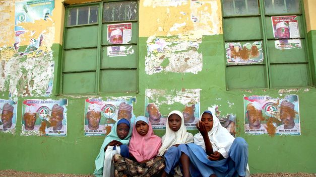 Nigeria admite que mayoría de las 129 niñas secuestradas siguen desaparecidas