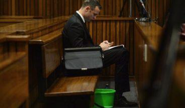 Testigo dice que Pistorius dio dinero a la familia de su novia tras el crimen