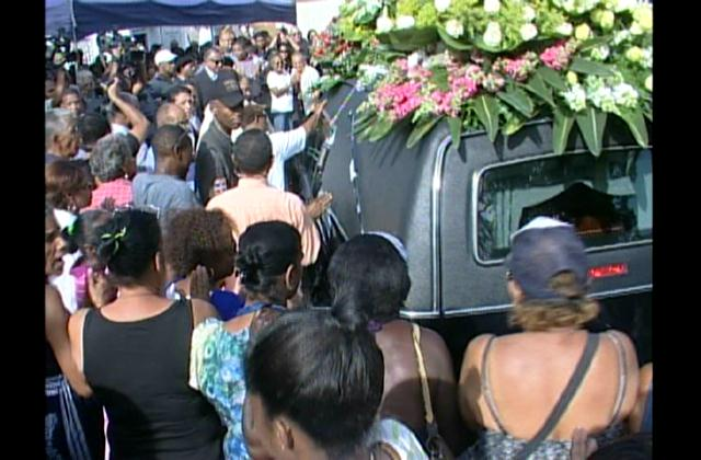 Centenares de personas dan último adiós a Sonia Silvestre