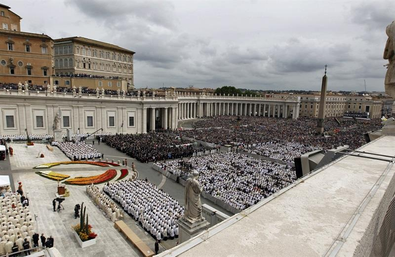 Fieles visitan ya las tumbas de los santos Juan Pablo II y Juan XXIII