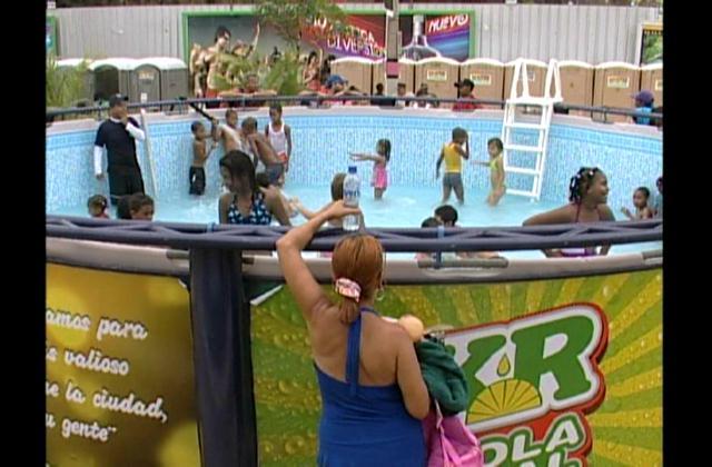 Decenas de personas disfrutan de piscinas instaladas en plaza Güibia