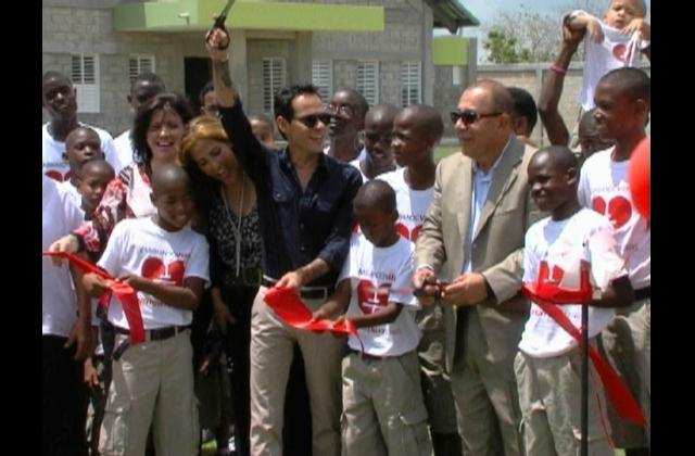 Marc Anthony inaugura orfanato en el país en compañía de Romeo Santos
