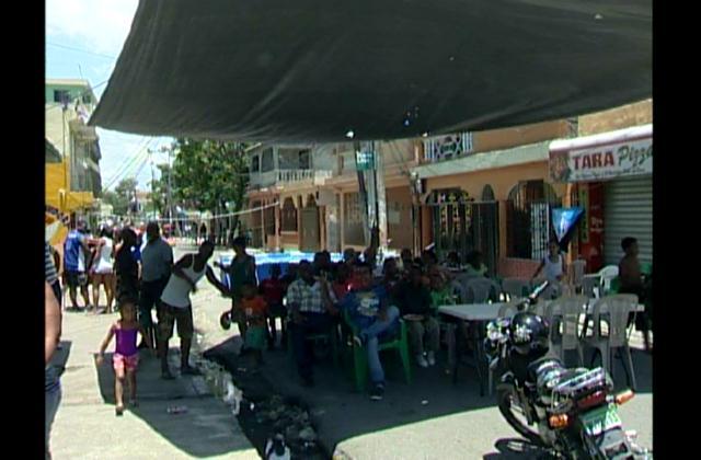 Barrios de la capital disfrutan de feriado con piscinas y dominós