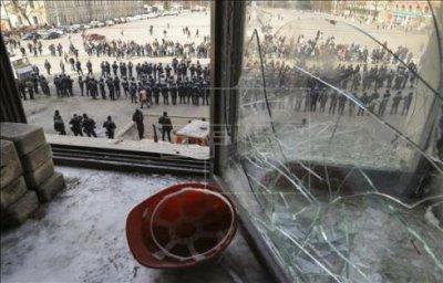 Kiev ordenará disparar si prorrusos no abandonan sede de Seguridad en Lugansk