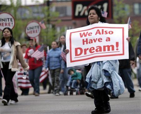 Inmigrantes en EEUU salen a las calles para reclamar un alto a deportaciones