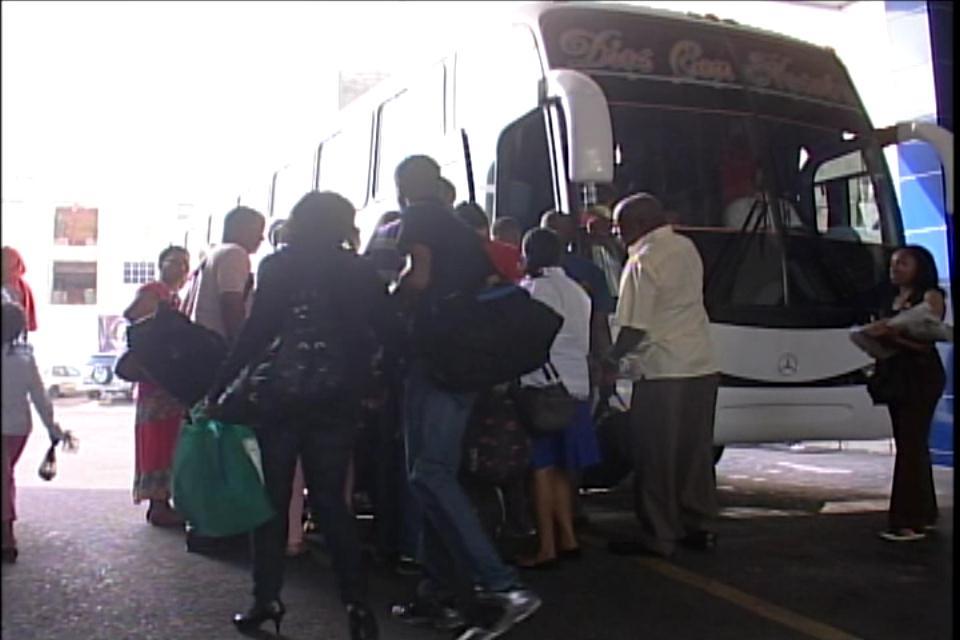 Viajeros se quejan por supuesta alza en precios de los pasajes