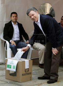 Santos dice al votar que hoy se definen
