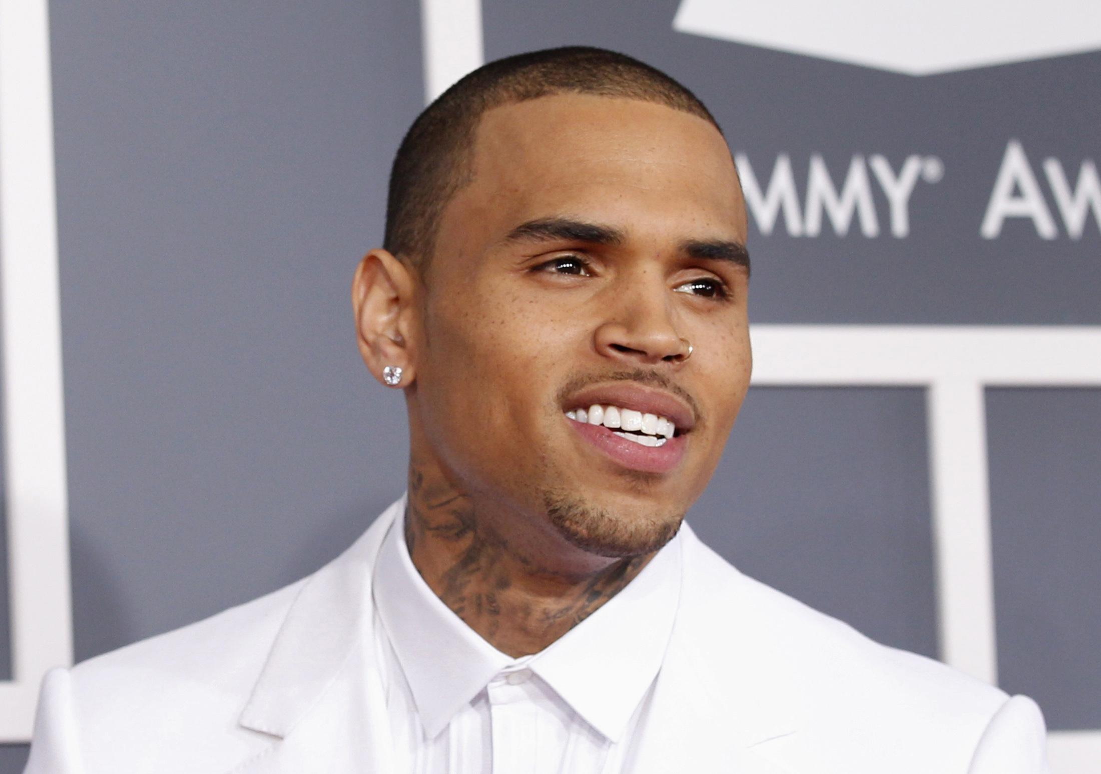 Chris Brown tiene permiso para abandonar Filipinas tras dos días de retención