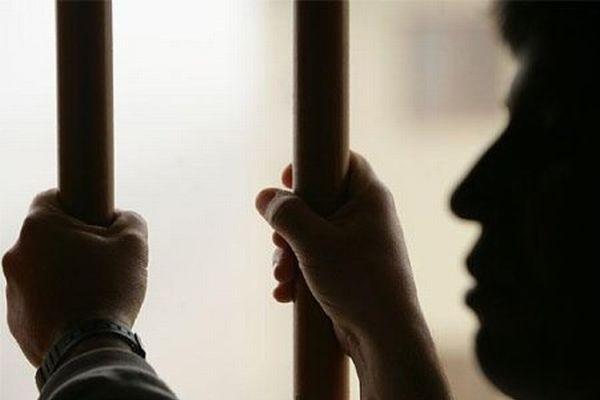 Policía detiene a dos hombres buscados por asesinatos