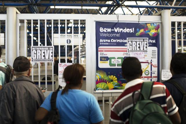 Huelguistas bloquean acceso a aeropuerto de Río, que opera sin problemas
