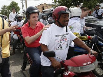 Santos hace campaña subido en una moto en el norte colombiano