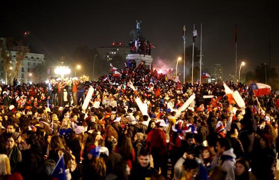 Miles chilenos celebran en las calles triunfo de su selección ante Australia