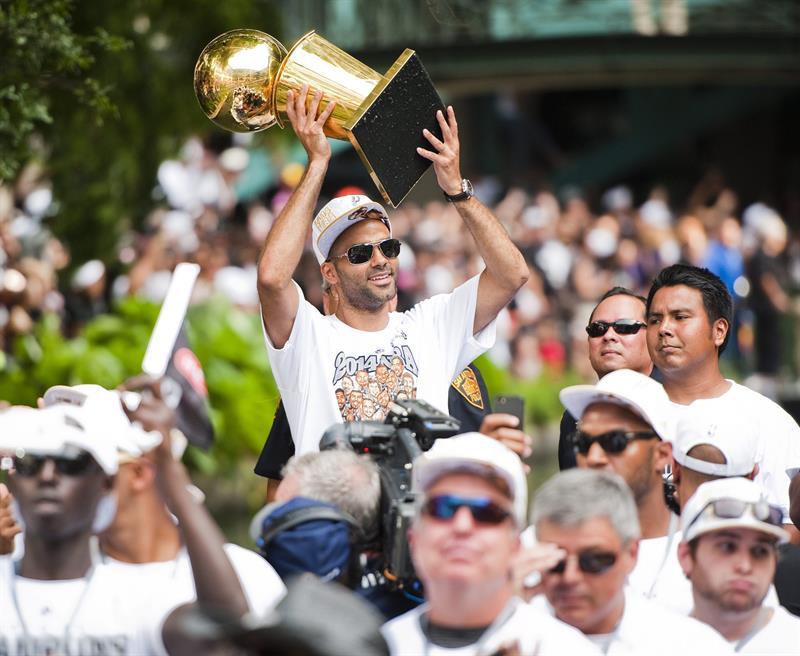 Spurs de San Antonio culminan celebración de forma multitudinaria