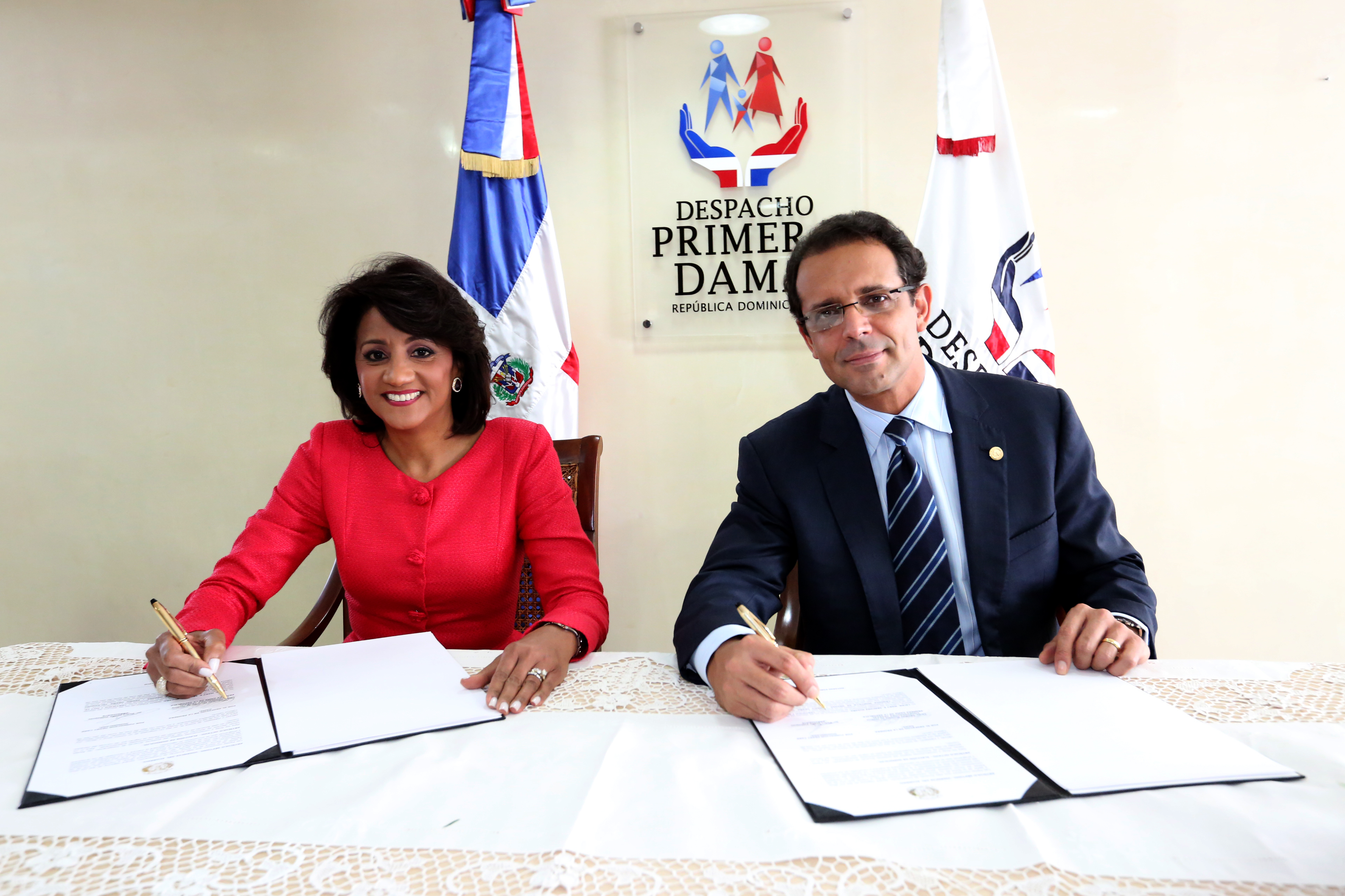 Primera Dama firma convenio con fundación Heart Care Dominicana