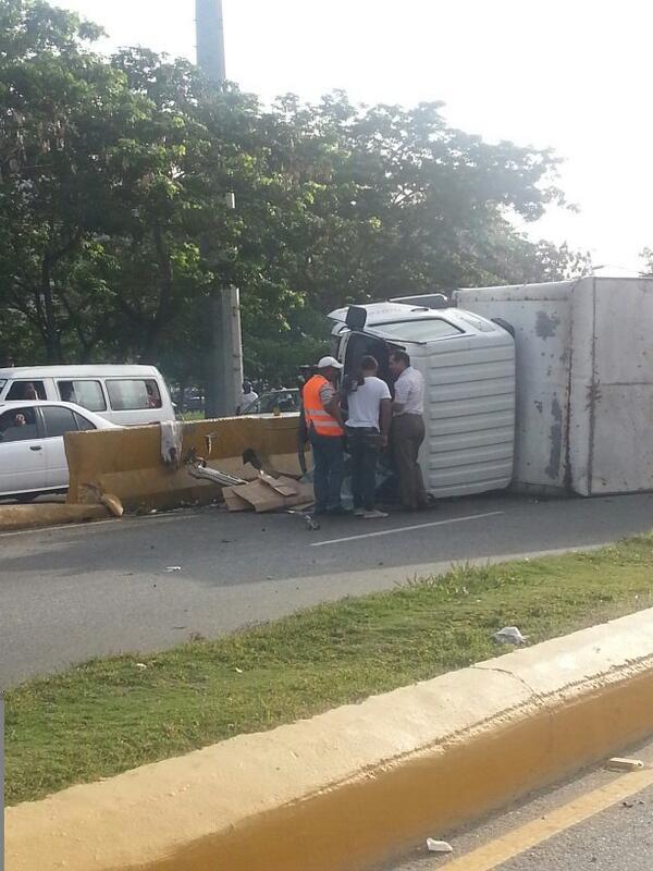 Camión de leche pierde el control en elevado en la Autopista Duarte