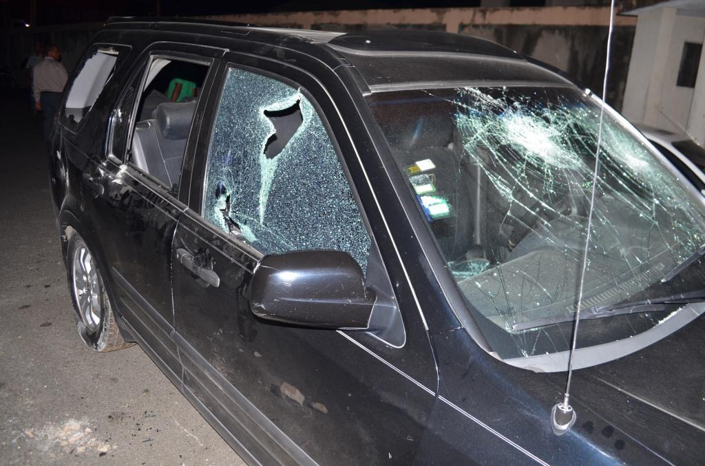 Atacan a tiros vehículo de periodista en San Francisco de Macorís
