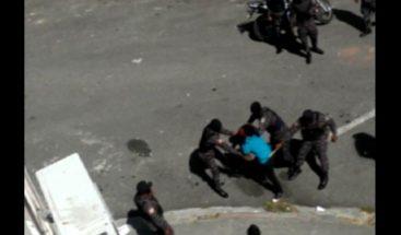 Policías golpean brutralmente a un hombre en medio de una redada